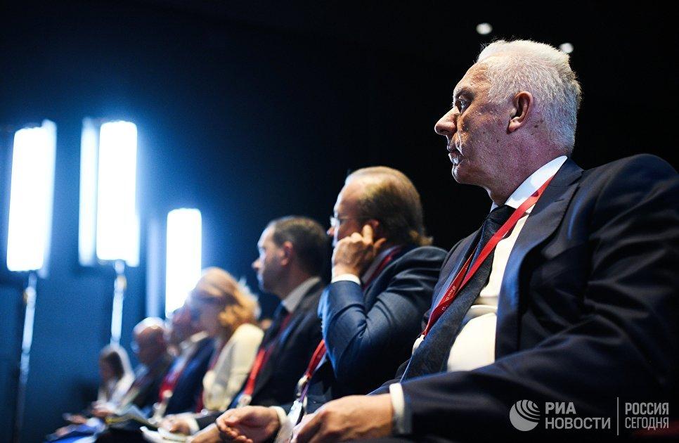 Гости форума во время панельной дискуссии Конкурентоспособность российской юрисдикции – путь к экономике доверия через улучшение правовой среды для бизнеса в рамках Петербургского международного экономического форума
