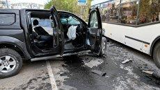 Рейсовый автобус и автомобиль Nissan Navara после столкновения на улице Полярные Зори в Мурманске. 28 мая 2018
