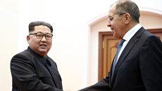 Лидер КНДР Ким Чен Ын и министр иностранных дел РФ Сергей Лавров во время встречи в Пхеньяне. 31 мая 2018