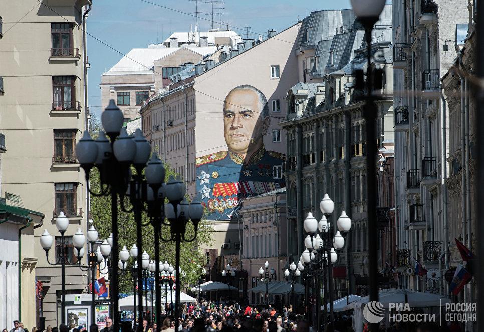 Граффити с изображением маршала Георгия Жукова на одном из домов на Старом Арбате