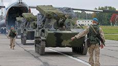 Российской военнослужащие выгружают бронетехнику из транспортного самолета ИЛ-76