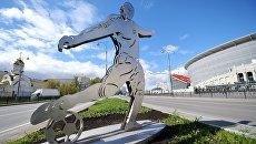 Фигура футболиста у стадиона Екатеринбург Арена в Екатеринбурге. Архивное фото