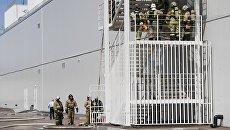 Сотрудники МЧС у здания торгового центра Порт в Казани, где произошло возгорание
