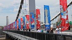 Флаги с символикой чемпионата мира по футболу 2018 на Крымском мосту в Москве