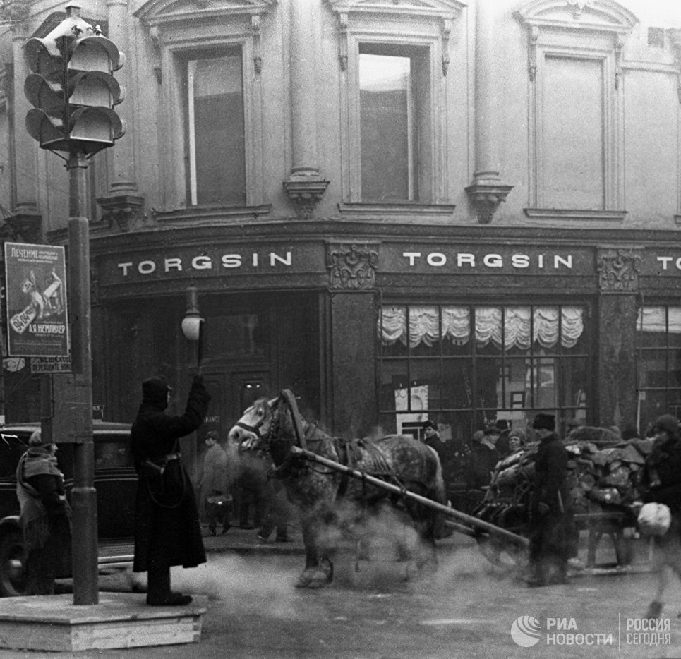 Первый регулировщик на пересечении улиц Петровки и Кузнецкого моста в Москве. 1934 год