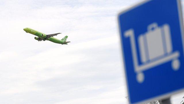 Самолет авиакомпании S7 во время взлета в аэропорту Домодедово. архивное фото