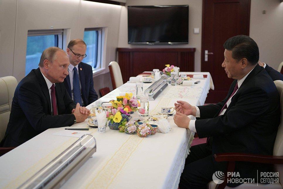 Председатель КНР Си Цзиньпин вручил президенту РФ Владимиру Путину орден Дружбы КНР. 8 июня 2018