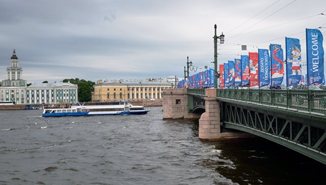 Флаги с символикой чемпионата мира по футболу 2018 на Дворцовом мосту в Санкт-Петербурге. Архивное фото