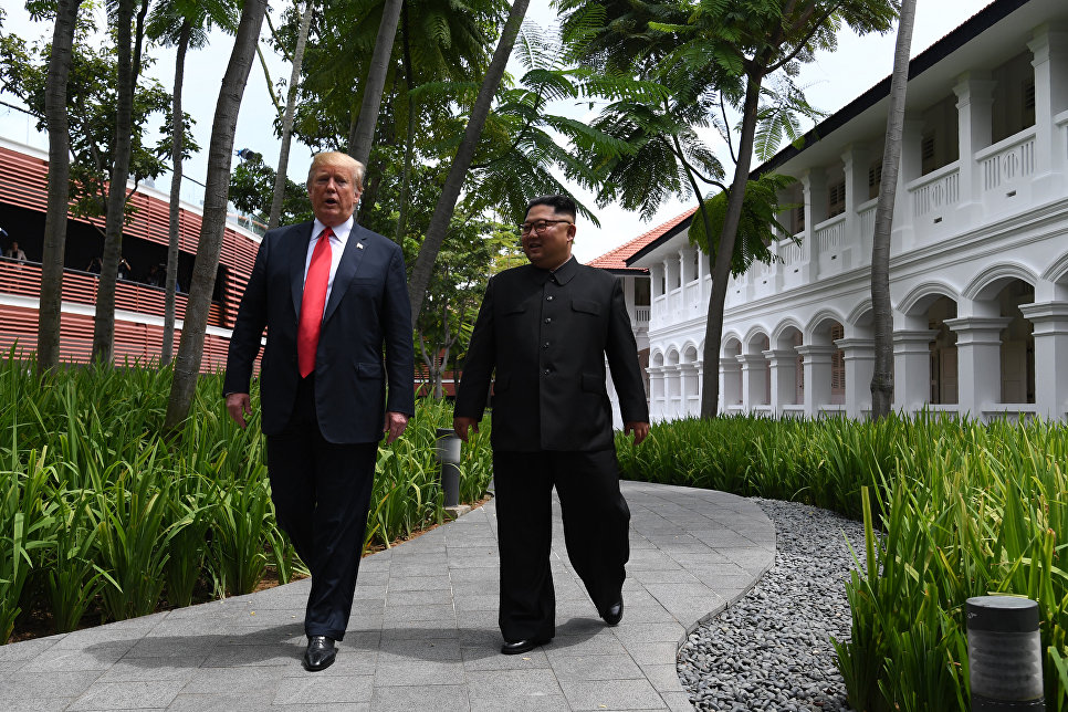 Президент США Дональд Трамп и лидер КНДР Ким Чен Ын во время прогулки у отеля Капелла в Сингапуре. 12 июня 2018
