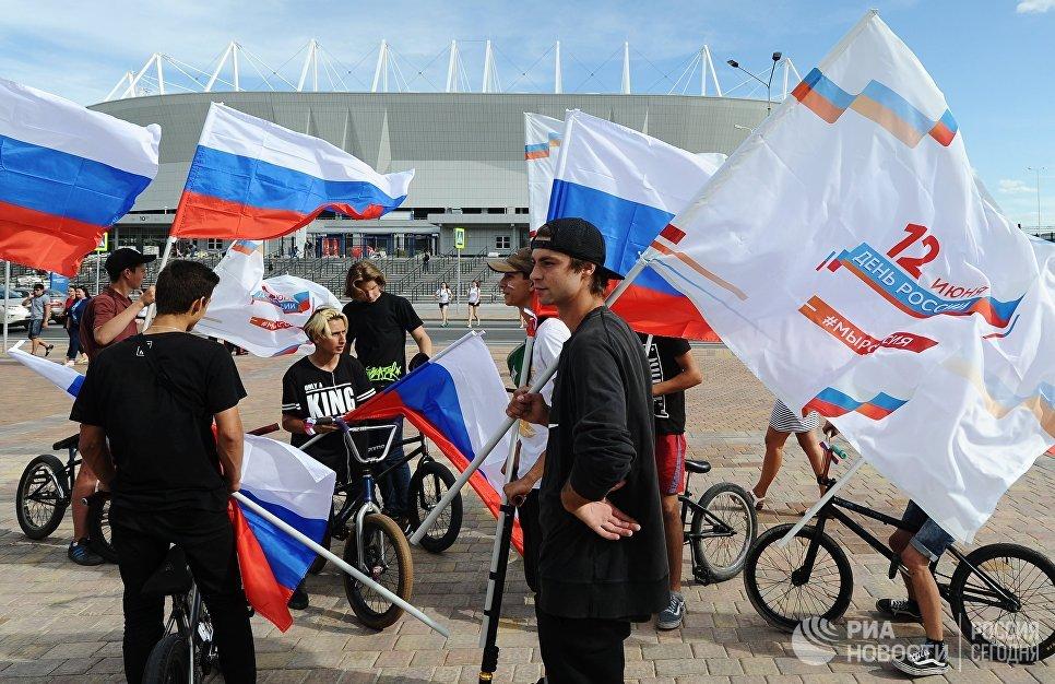 Участники празднования Дня России в Ростове-на-Дону у стадиона Ростов-Арена. 12 июня 2018