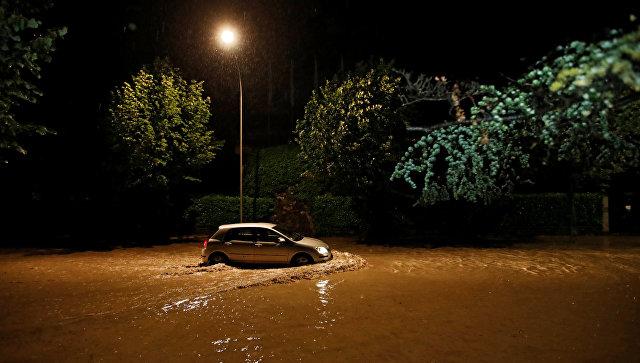 Автомобиль на улице Лозанны во время сильного дождя. 11 июня 2018