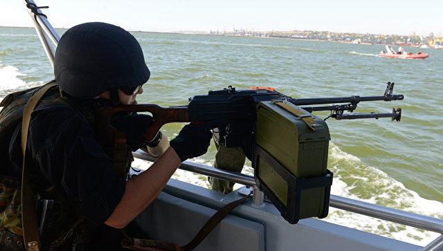 Украинский военнослужащий во время патрулирования Азовского моря. Архивное фото