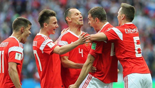 Игроки сборной России  в матче группового этапа чемпионата мира по футболу между сборными России и Саудовской Аравии