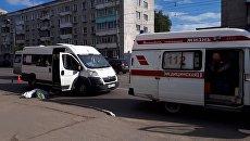 Маршрутка, при выходе из которой упала пенсионерка, на остановке общественного транспорта в Твери