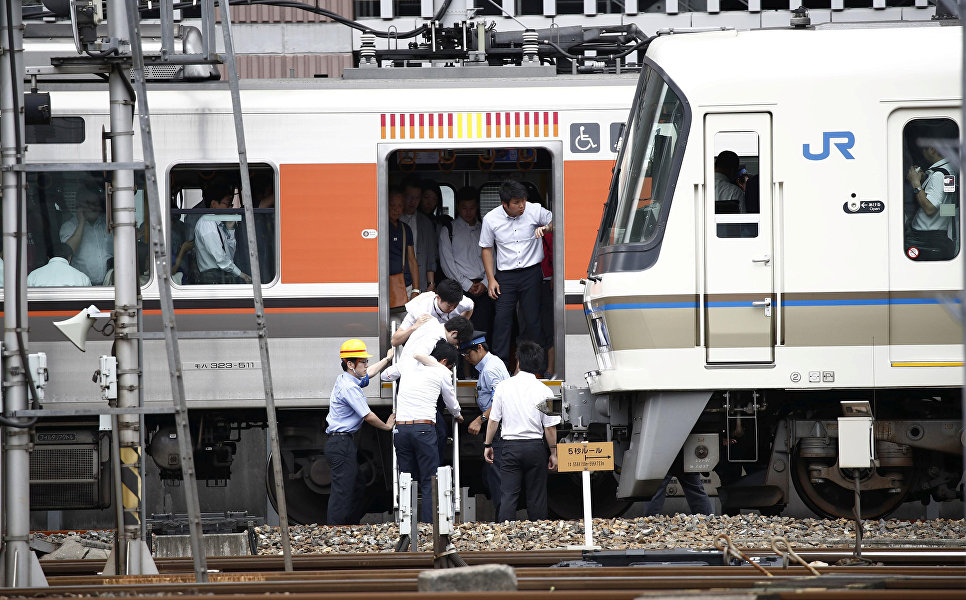Эвакуация пассажиров из поезда после землетрясения в Осаке