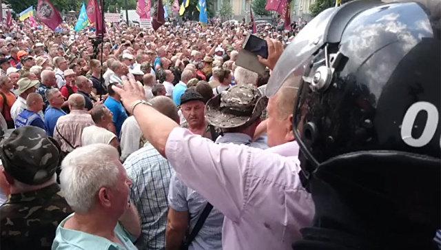 Стоп-кадр видео протеста у здания Верховной Рады Украины в Киеве, опубликованное на странице Михаила Волынца в Facebok