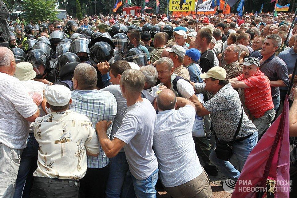 Столкновения митингующих с полицией у здания Рады Украины в Киеве. 19 июня 2018