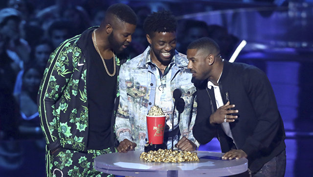 Актеры Уинстон Дьюк, Чедвик Боузман и Майкл Бакари Джордан принимают награду за лучший фильм за  фильм «Черная пантера» на церемонии MTV Movie and TV Awards