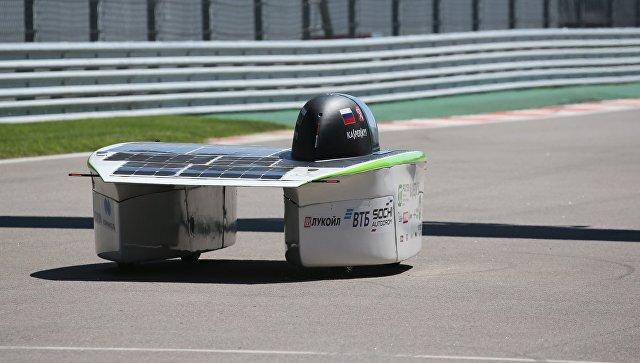 Первый российский солнцемобиль во время испытания на автодроме в Сочи. 20 июня 2018
