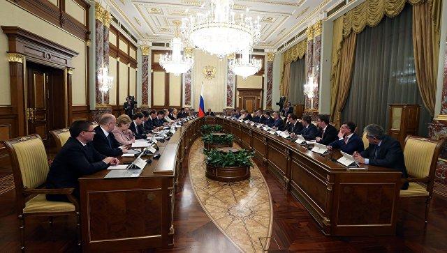 Председатель правительства РФ Дмитрий Медведев проводит совещание с членами кабинета министров РФ