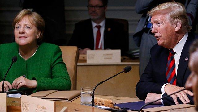 СМИ рассказали, как Трамп бросил Меркель конфеты на саммите G7
