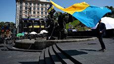 Молодой человек с украинским флагом. Архивное фото