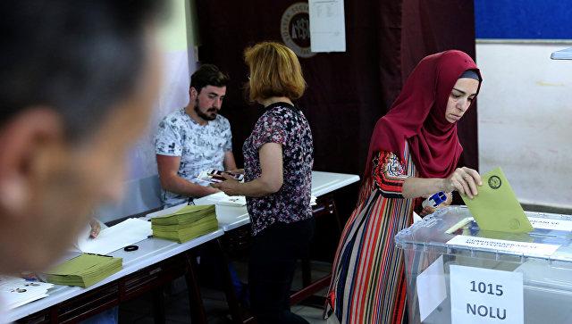 Женщина голосует на избирательном участке в школе во время выборов в Стамбуле, Турция. 24 июня 2018