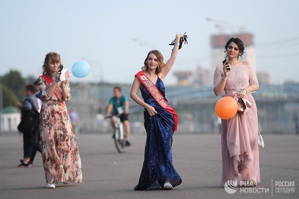 Выпускницы московских школ в Центральном парке культуры и отдыха имени Горького в Москве