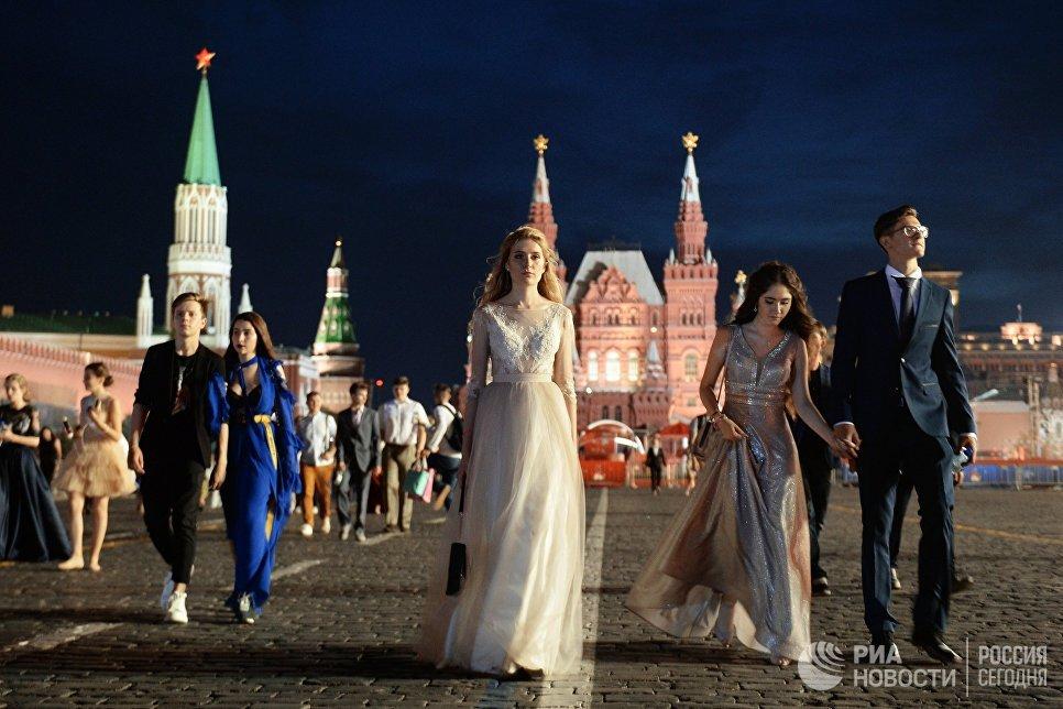 Выпускники российских школ после церемонии вручения VIII Всероссийской премии Выпускник-2018 в Государственном Кремлевском дворце в Москве
