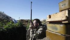 Украинский военный на позиции в Донбассе. Архивное фото