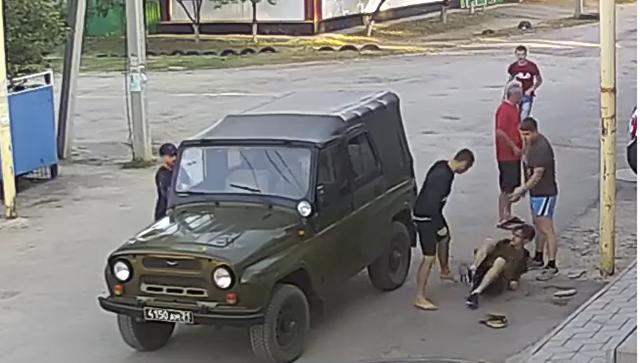 Скриншот с видео, где Данил избивает авиаинженера Игоря Несмелова