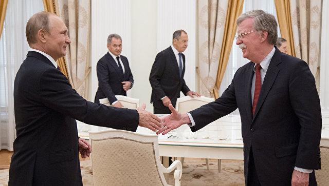 Президент РФ Владимир Путин и советник президента США по вопросам национальной безопасности Джон Болтон во время встречи в Кремле. Архивное фото