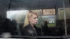 Женщина в автобусе во время дождя в Москве. Архивное фото