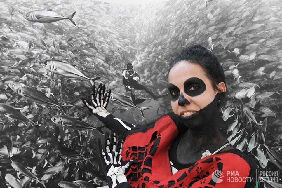 Участница карнавала, проходящего в рамках празднования традиционного мексиканского праздника День мертвых, в Москве