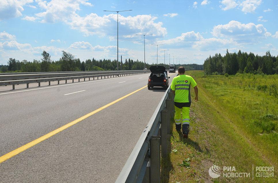 Сотрудник Службы аварийных комиссаров на трассе М11.