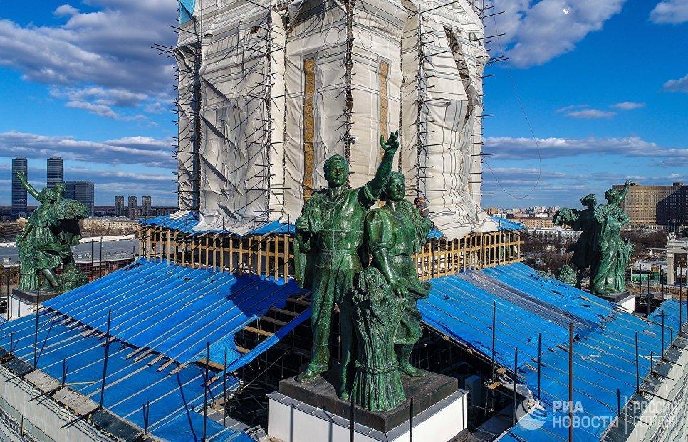 Завершилась реставрация скульптур на Центральном павильоне ВДНХ