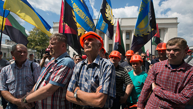 Шахтеры на митинге у здания Рады в Киеве, требующие погасить задолженность по зарплате. Архивное фото