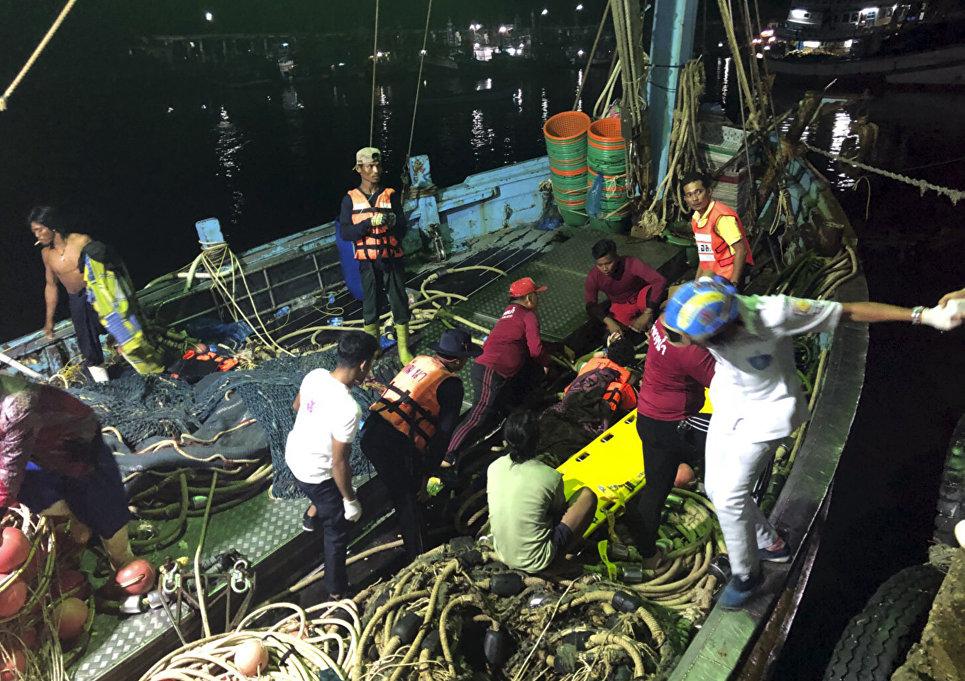 Операция по спасению пассажиров перевернувшейся туристической лодки на Пхукете, Таиланд. 5 июля 2018