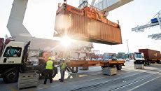 Грузовой контейнер в порту Саванна в США. Архивное фото