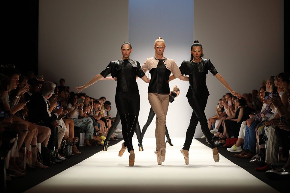 Показ коллекции Maisonnoee на Неделе моды в Берлине. 3 июля 2018 года