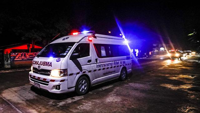 Скорая помощь на территории больницы в Чианграе, Таиланд. 8 июля 2018