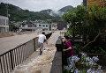 Местные жители во время наводнения в префектуре Хиросима, Япония. 8 июля 2018 года