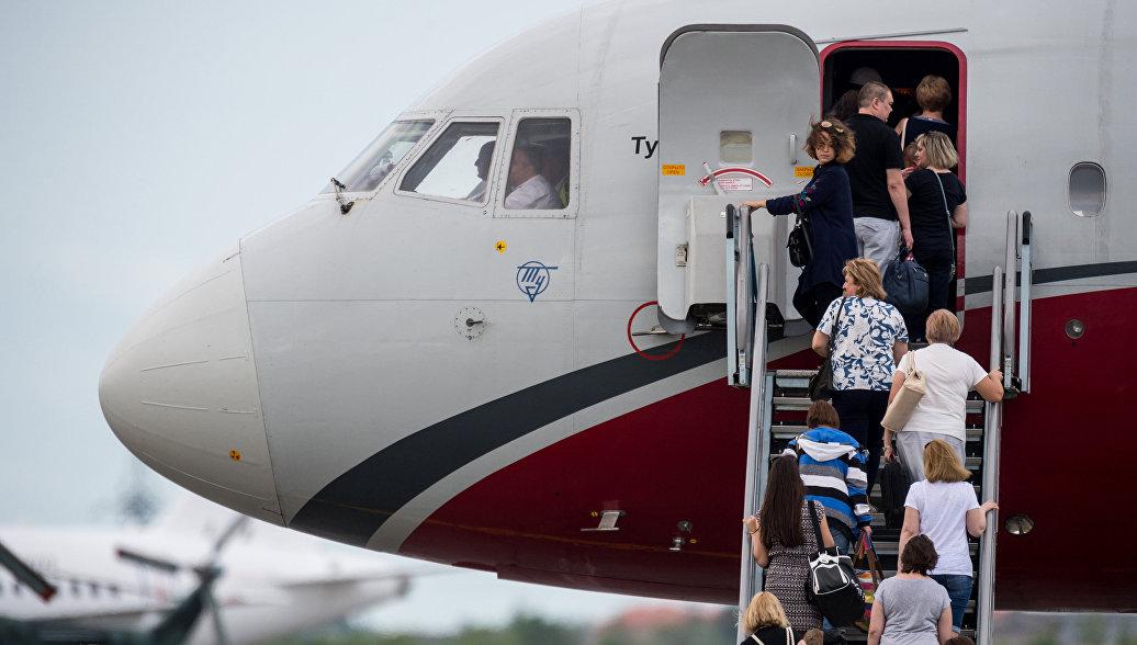 Пассажиры поднимаются на борт самолета