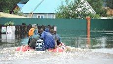 Сотрудники МЧС на затопленной в результате паводка улице в Чите. Архивное фото