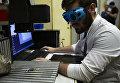 Студент НИЯУ МИФИ выполняет задание WorldSkills по компетенции Лазерные технологии