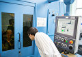 Аспирант НИЯУ МИФИ выполняет настройку установки с иттербиевым волоконным лазером