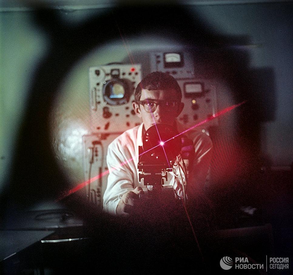 Инженер работает с квантовым генератором