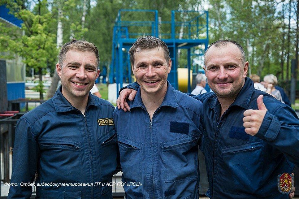Дмитрий Лашков (в центре) занял первое место в номинации Лучший спасатель на конкурсе Московские мастера