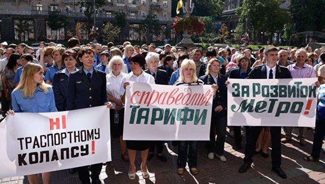 Участники акции против повышения тарифов на городской транспорт, возле Киевской городской администрации. 12 июля 2018