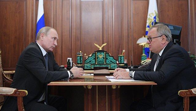 Президент РФ Владимир Путин и президент – председатель правления Банка ВТБ Андрей Костин во время встречи. 13 июля 2018